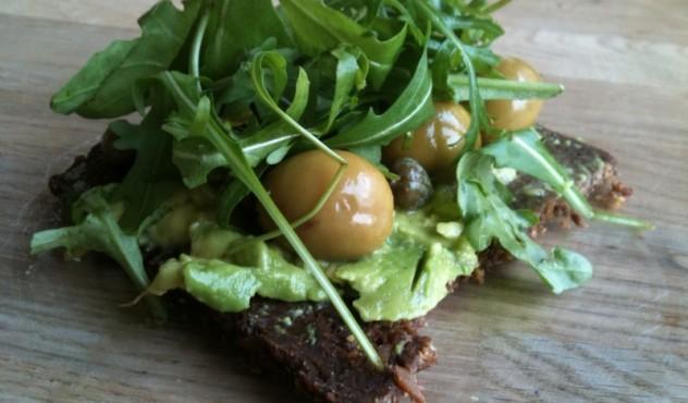 Beatos ruginės duonos sumuštiniai su avokadu ir rukola