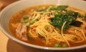Beatos aštri vištienos sriuba su makaronais