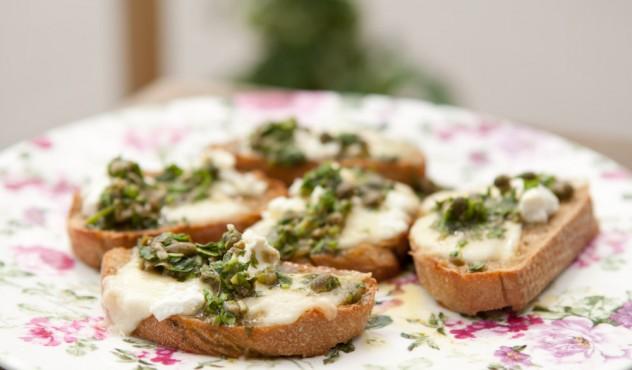 Beatos karšti sumuštiniai su sūriu ir salsa verde