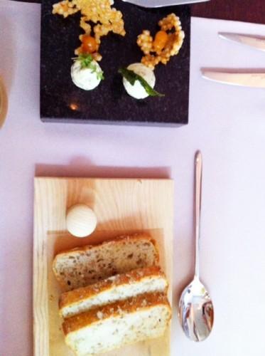 Duona su morkom, pankoliais, šalavijų sviestu ir tapiokos traškučiais su morkų berods emulsija / žele