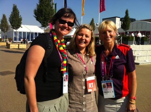 Su šauniomis savanorėmis dirbančiomis Olimpiniame kaimelyje