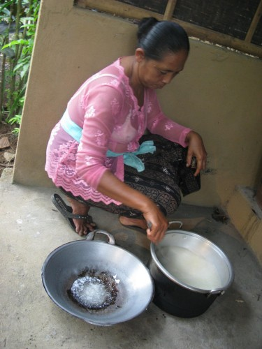 moteris nugriebia kokoso piena