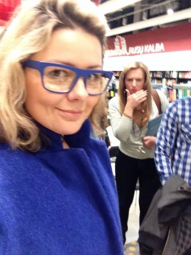 Beata mėlynais akiniais