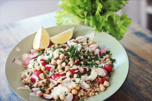 Beatos pavasarines salotos su kruopomis ir avinzirniais