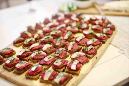 Beatos virtuvė - juodos duonos kąsneliai su burokėliais, karamelizuotų svogūnų paštetu ir silke
