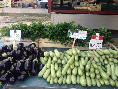 Beatos virtuve - Italijos darzoviu turgus, baklazanai