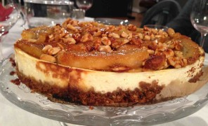 Beatos virtuve, varskes pyragas su karamelizuotais bananais ir riesutais