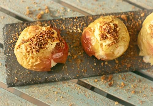 Beatos virtuve_kepti obuoliai su duonos drozlemis