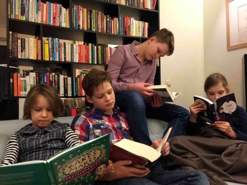 Beatos virtuve_Landsbergiene_vaikai skaito