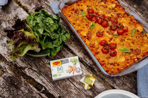 Makaronų apkepas su vištiena ir daržovių sultiniu